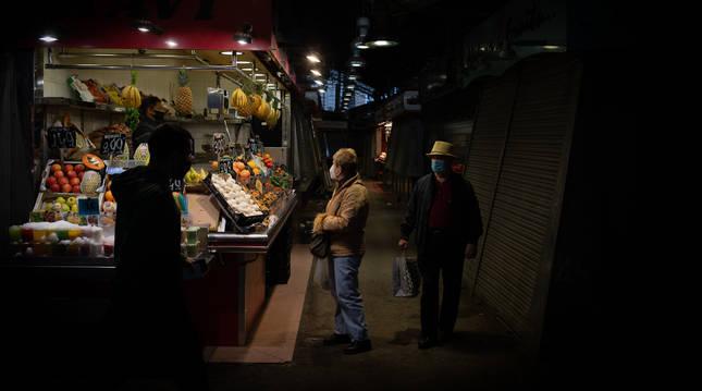 Foto de un puesto de frutas en el mercado de la Boquería en Barcelona.