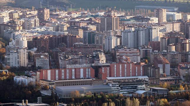 Un grupo de viviendas en el barrio de San Juan y con Iturrama, al fondo de la imagen.
