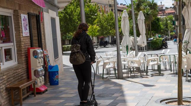 Foto de una vecina de Tudela por la calle Herrerías, que es peatonal.