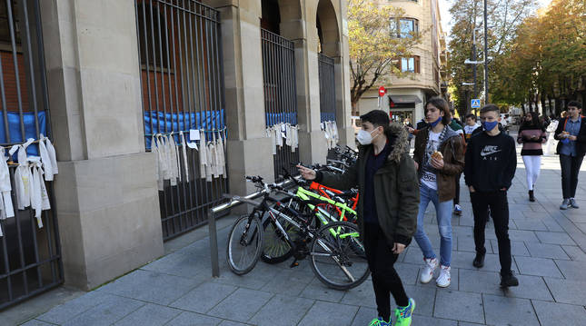 Foto de los trozos de cortinas viejas del IES Plaza de la Cruz, donde alumnos y docentes han dejado cientos de mensajes.