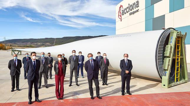 foto de Responsables del Gobierno de Navarra y de Acciona y Nordex, en la planta de Lumbier.