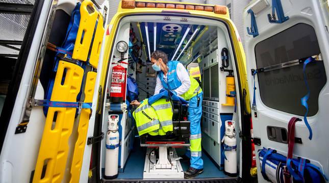 Foto de una sanitaria del SUMMA 112 dentro de una ambulancia en un día de servicio de la segunda ola del coronavirus, en Madrid.