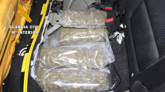 Los agentes hallaron debajo de los asientos traseros una trampilla que daba acceso a un doble fondo.