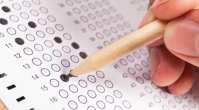 Una persona realiza un examen de tipo test.