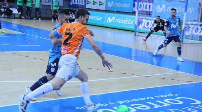 David pelea un balón con un jugador del Inter en el partido de este miércoles.