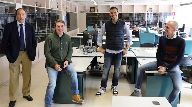 Javier Castañeda, José Manuel Echeverría, César Cruchaga y Patxi Puñal, los cuatro jugadores de Osasuna con más partidos de la historia, este miércoles en la redacción de Diario de Navarra.
