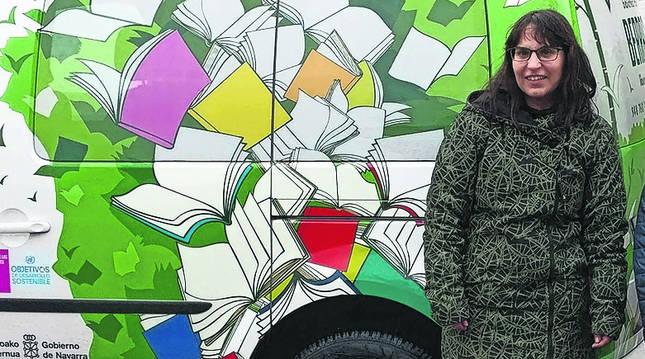 Mari Mar Agós Díaz, junto a la furgoneta con la que reparte libros.