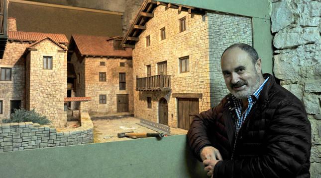Alfredo Ansa, presidente de los belenistas de Tafalla, en su sede.