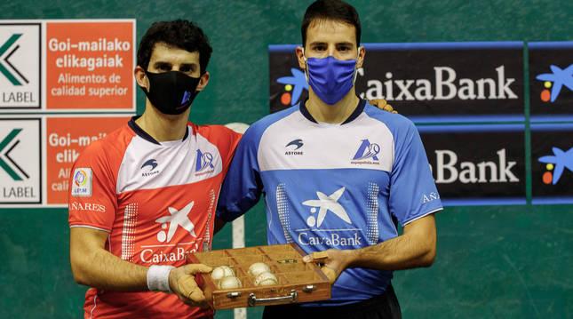 Elección de material entre Altuna III y Darío en el Astelena para la semifinal del Manomanista