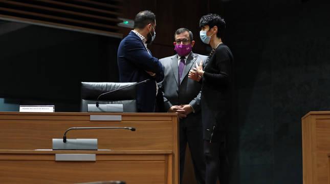 Foto de Ramón Alzórriz, Javier Remírez y Elma Saiz, este jueves en el Parlamento de Navarra.