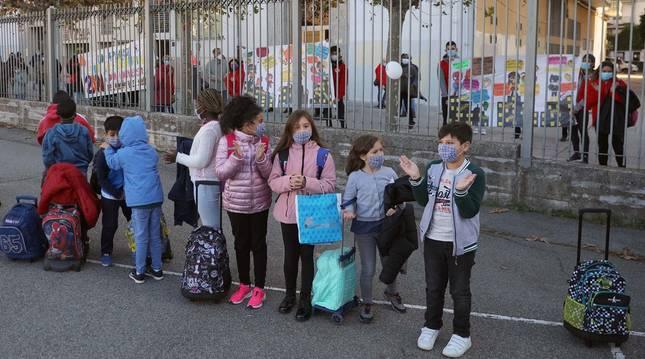 Voluntarios de la Cruz Roja de Burlada aplaudiendo a los niños del colegio Hilarión Eslava.