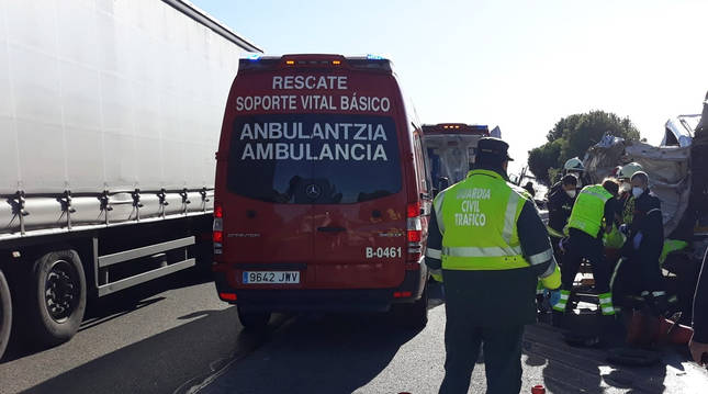 Equipos de rescate y agentes de la Guardia Civil en el lugar del accidente.