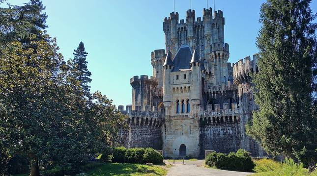 Panorámica de la fachada principal del castillo de Butrón (Vizcaya)