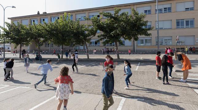 foto de Niños con mascarilla juegan en el patio durante el recreo en Corella