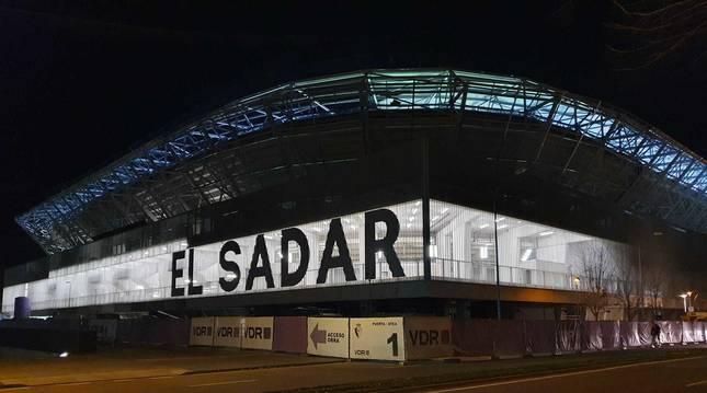 Foto de El Sadar, iluminado este viernes.