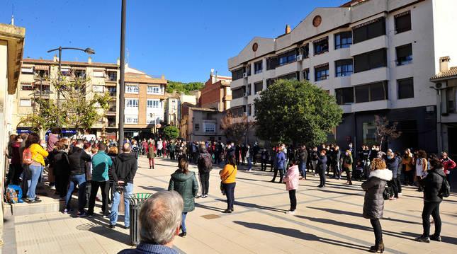Dos centenares de personas arroparon a los hosteleros peralteses en el paseo de San Miguel.