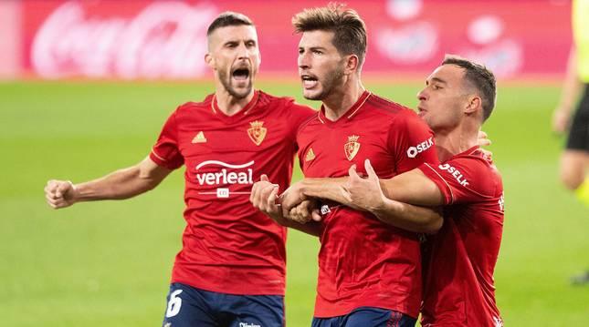 Unai García y Oier abrazan a David García tras el tanto del central de Ibero.