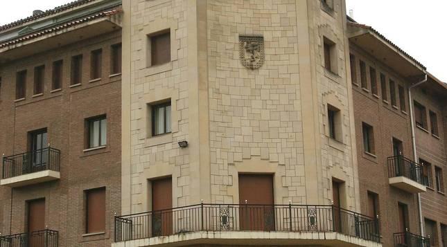 Exterior del ayuntamiento de Huarte (Navarra).
