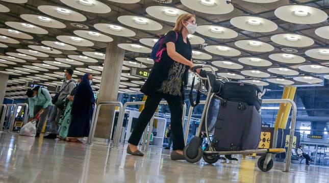 Foto de una pasajera caminando por las instalaciones de la T4 del Aeropuerto Adolfo Suárez Madrid-Barajas.