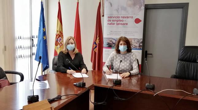 Foto de la directora-gerente del Servicio Navarro de Empleo, Miriam Martón, en la firma de un convenio con la alcaldesa de Mendavia, María José Verano.