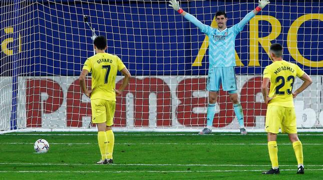 Courtois trata de despistar a Gerard Moreno antes del lanzamiento del penalti que supuso el empate.