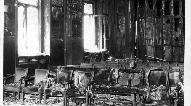 En 1980 se produjo una media de más de 7 ataques terroristas a la semana. En la imagen, el aula magna del Edificio Central de la Universidad de Navarra, tras un atentado sin víctimas mortales.