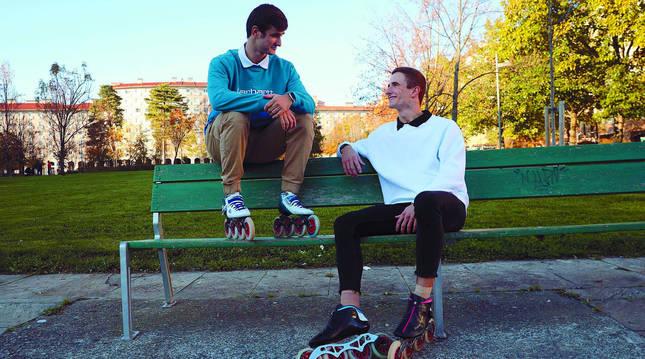 Jonathan, de azul, es el mayor de los hermanos, con 20 años. Iván, de blanco, tiene 18.