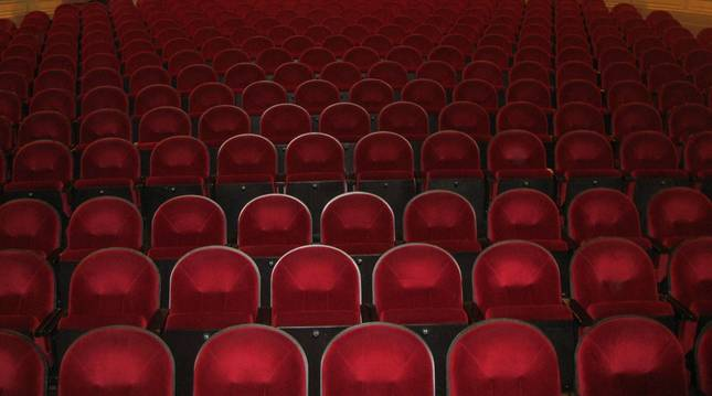 Foto de butacas de un teatro.