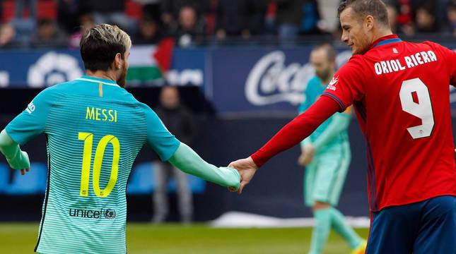 Messi y Oriol Riera se saludan, en un partido en El Sadar de 2016.