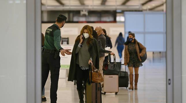Foto de varios Guardias Civiles en el aeropuerto Adolfo Suárez-Barajas en Madrid.