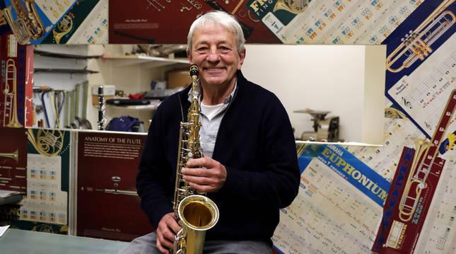 Fernando Lacunza Tolosana, con un saxofón en el mostrador de su tienda de música especializada en instrumentos de viento, Haizea.