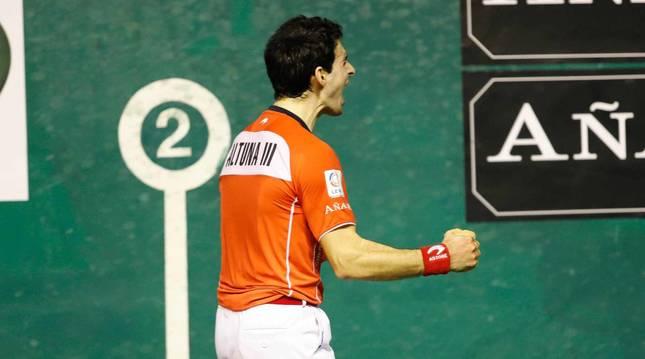 Foto de Jokin Altuna celebrando su clasificación para la final del Manomanista después de imponerse al riojano Darío en el Astelena.