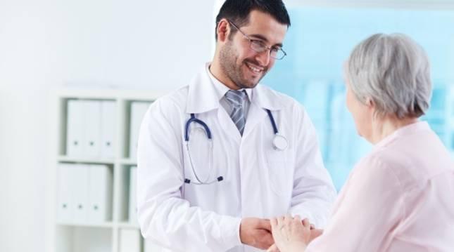 Un médico habla con una paciente en un centro de salud