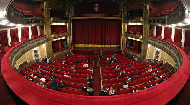 Foto del público asistente a la obra de teatro 'Una noche sin luna', que se representó el pasado día 15 en el Teatro Gayarre ante cien personas.