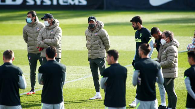 Los jugadores atienden a la charla técnica en el entrenamiento previo al choque contra el Lokomotiv. este martes en la Ciudad Deportiva Wanda.