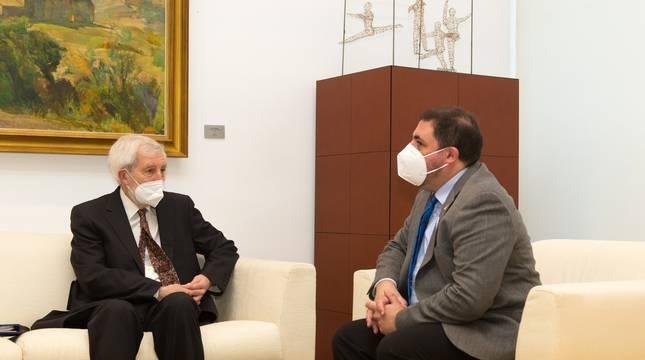 El presidente del Parlamento de Navarra, Unai Hualde, reunido este martes con Juan Luis Beltrán, presidente de la Oficina de Transparencia de Navarra.