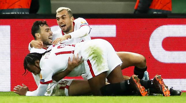 Koundé y Jorndán felicitan a Munir tras anotar en el descuento el gol de la victoria sevillista en Krasnodar.