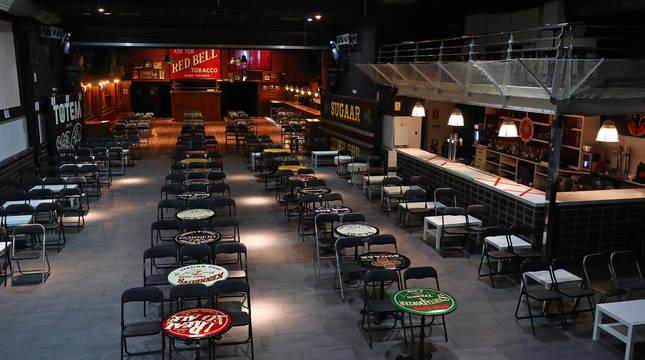 Sala Totem de Villava, donde han tenido lugar grandes conciertos y ahora presenta esta disposicion con mesas y sillas y un aforo para cien personas.