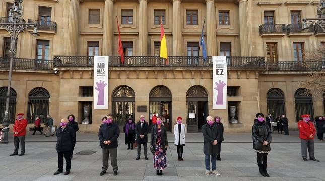 El Gobierno de Navarra, el Parlamento foral, la Delegación del Gobierno en Navarra y el Ayuntamiento de Pamplona han organizado este martes diversos actos para conmemorar el Día Internacional de la Eliminación de la Violencia contra la Mujer.