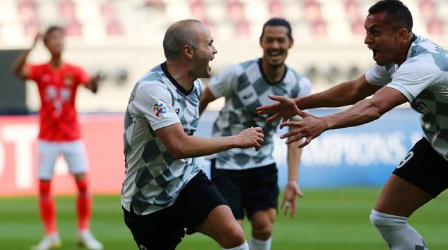 Andrés Iniesta celebra su gol marcado al Guangzhou Evergrande.