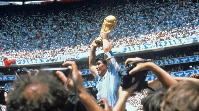 Maradona, con el trofeo de la Copa del Mundo que ganó Argentina en 1986.
