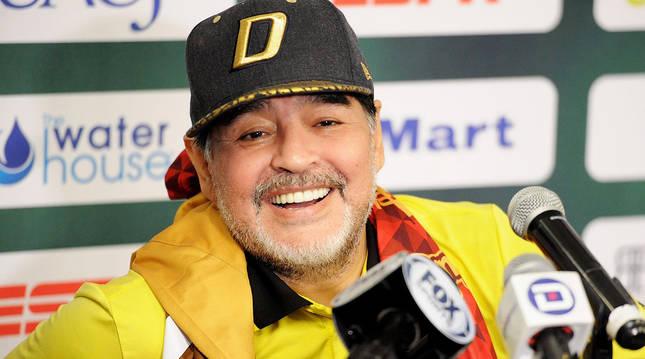Maradona atiende a los medios en noviembre de 2018 tras ser presentado como técnico de los Dorados de Sinaloa.
