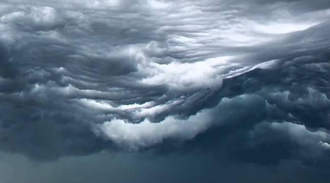 Las nubes asperitas de despliegan por el cielo como un manto en días de tormenta