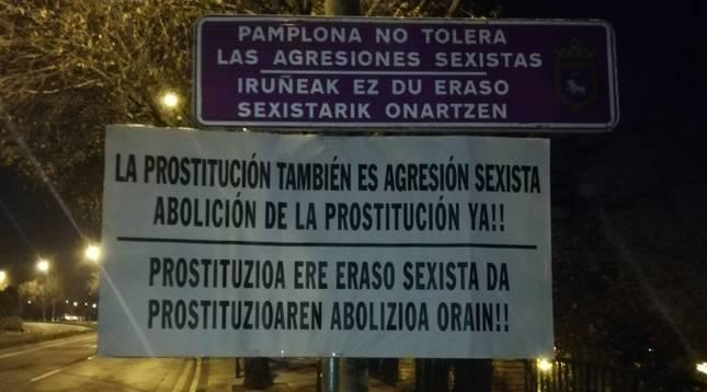 Uno de los carteles que ha colocado en las entradas de Pamplona la Plataforma Navarra de Mujeres por la Abolición de la Prostitución.