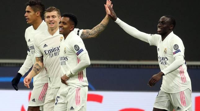Los jugadores del Real Madrid celebran el segundo gol.