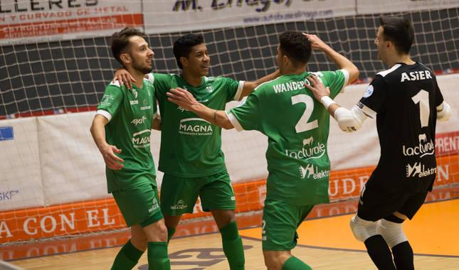 Foto de los jugadores de Osasuna Magna Linhares, Bynho, Wanderson y el portero Asier celebrando uno de sus goles en el derbi de Copa del Rey ante Aspil Jumpers.