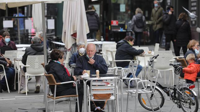 Las terrazas de la plaza consistorial de Pamplona registraron una destacada afluencia de clientes.