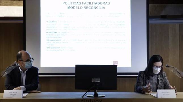 El consejero de Desarrollo Económico y Empresarial, Manu Ayerdi (i) y la presidenta de Amedna