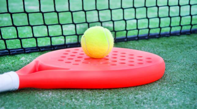 Imagen de una raqueta de pádel junto a una pelota