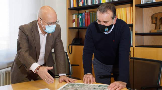 El consejero Ciriza y el alcalde de Cortes, Fernando Sierra, durante la reunión.